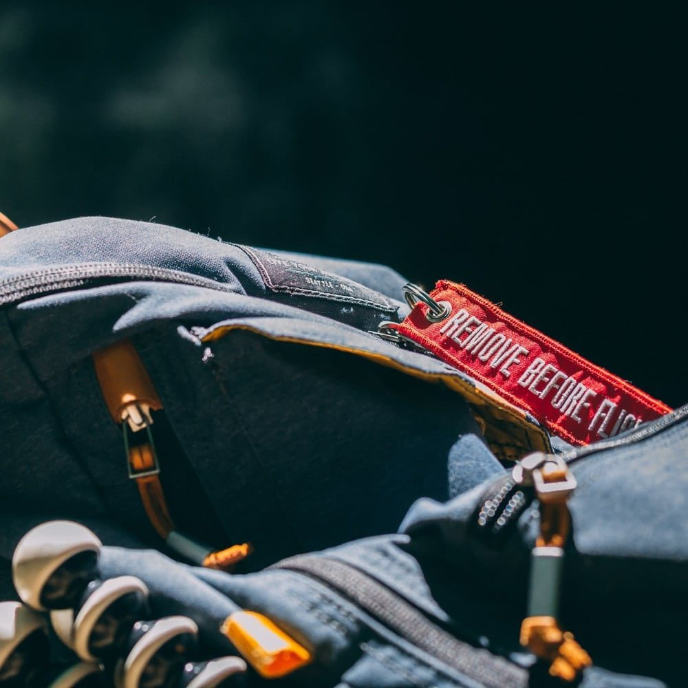 Remove Before Flight Tag auf Rucksack