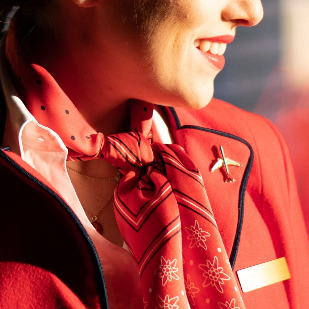 Airbus A330 Pin auf roter Uniform